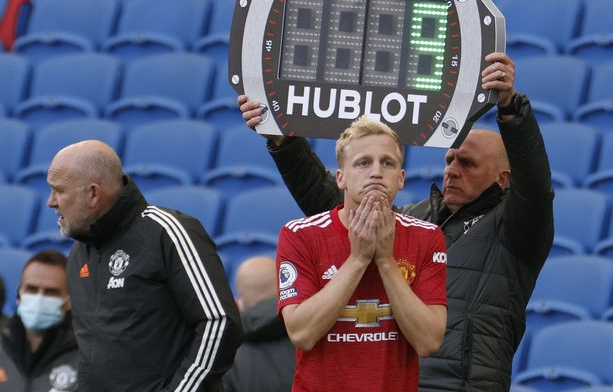 van-de-beek-benched-manchester-united-02